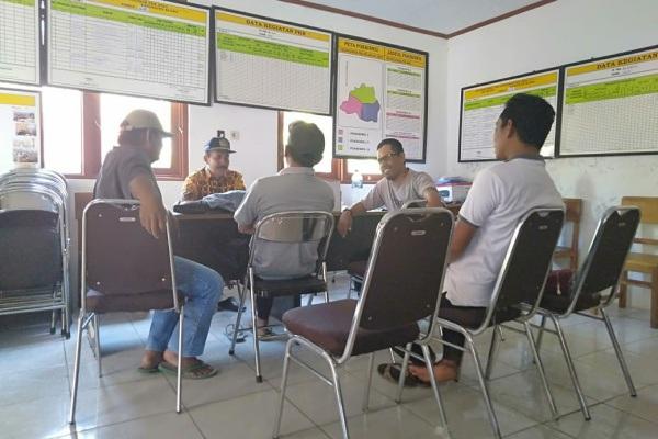 Situasi pertemuan antara Ketua Panitia Pilkades Bleboh dengan salah satu tim pemenangan Cakades setempat