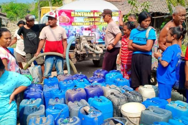Masyarakat Dusun Alasmalang Desa Pengkolrejo Kecamatan Jati rela mengantri demi mendapatkan bantuan air bersih
