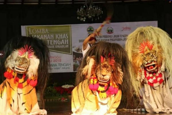 Penampilan barongan Risang Guntur Seto di Anjungan Jawa Tengah Taman Mini Indonesia Indah (TMII) Jakarta