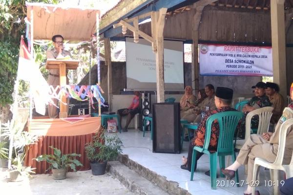 Ketua Panitia Pilkades Sonokulon membuka acara penyampaian visi misi Cakades di balaidesa setempat