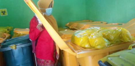 Petugas Dinas Lingkungan Hidup (DLH) Kabupaten Blora memeriksa Limbah B3 Medis