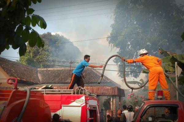 Petugas Pemadam Kebakaran tengah memadamkan api di sebuah rumah kawasan Jalan Tentara Pelajar no 15 Kecamatan Blora Kota, Kabupaten Blora