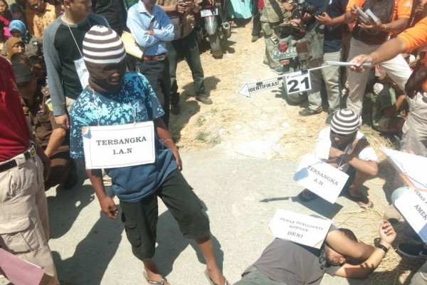 Tiga pelaku pembunuhan Deni Triatama melakukan rekonstruksi