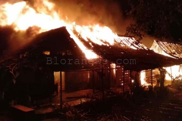Kebakaran hebat meluluhlantakkan 7 rumah di Dusun Jajar RT 01 RW 07 Desa Pengkolrejo Kecamatan Japah, Kabupaten Blora