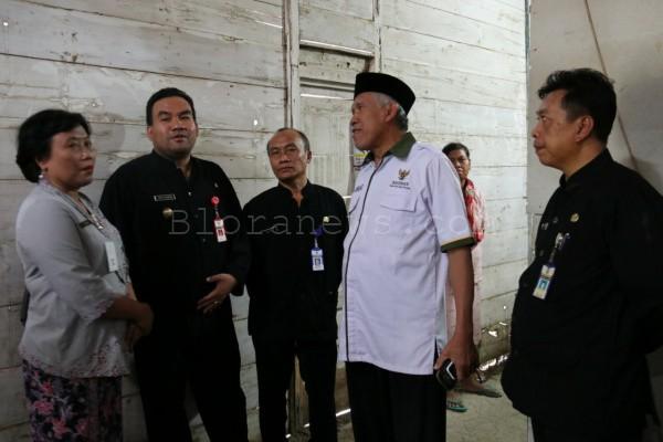 Ketua Baznas Blora, KH Ali Muchdlor (baju putih) di rumah penderita hidrosefalus di Dusun Wotrangkul RT 04 RW 01 Desa Klopoduwur Kecamatan Banjarejo, Kabupaten Blora