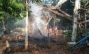 Petugas pemadam kebakaran Satpol PP memadamkan api yang membakar pohon di tengah kompleks pemakaman Jlubang, Blora Kota