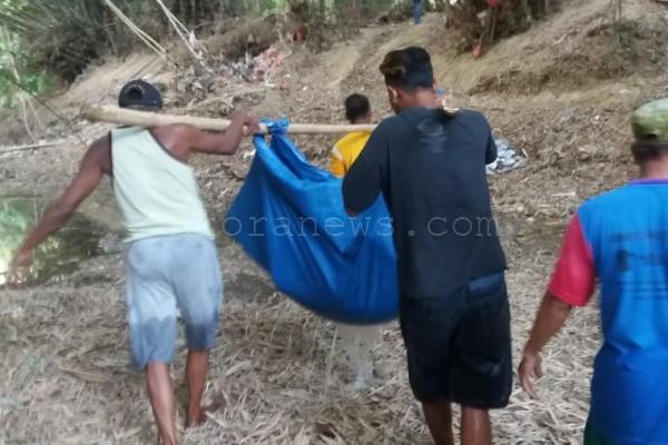 Warga mengangkut mayat pemulung tua yang ditemukan di sungai kawasan Kelurahan Ngawen Kecamatan Ngawen Kabupaten Blora