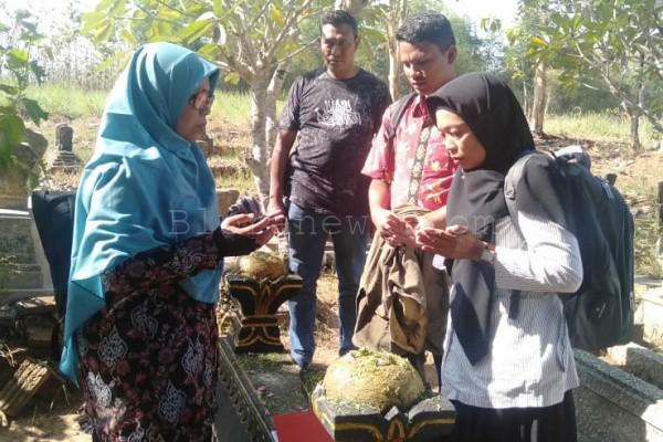 Para guru dari SMA di Provinsi Aceh berziarah ke makam Potjut Meurah Intan di Pemakaman Tegalsari Desa Temurejo Kecamatan Blora Kota, Kabupaten Blora