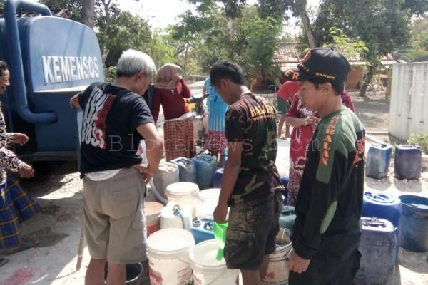 Warga Sendanggayam mengantri untuk mendapatkan bantuan air bersih