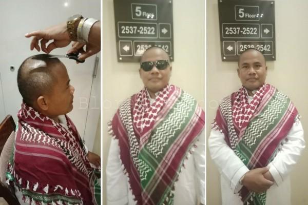 Jamaah haji Blora kloter 56, Sumarno, mencukur kepalanya dalam prosesi tahallul