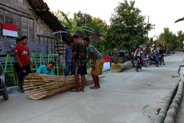 Pemuda Karangtengah Kecamatan Ngawen Kabupaten Blora melakukan persiapan jelang Kirab Bendera Merah Putih raksasa