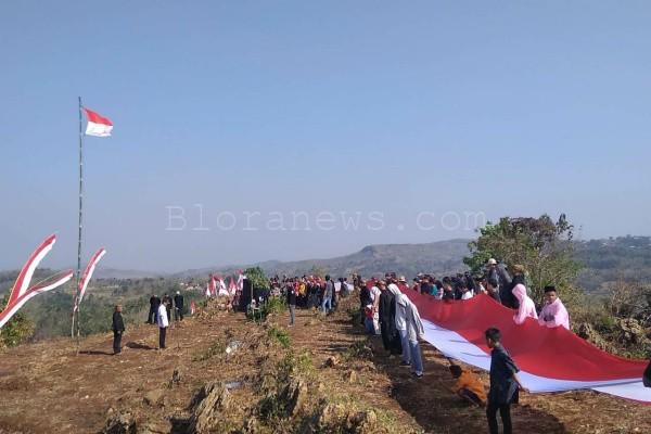 Bendera Merah Putih sepanjang 150 meter dibentangkan dalam upacara peringatan HUT Proklamasi ke- 74 di Gunung Warung, Desa Dalangan Kecamatan Todanan, Blora