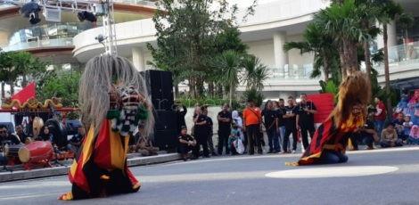 Aksi barongan Sekar Sabrang pimpinan Pandu Nusantara dalam puncak acara Borneo Culture Week 2 di Amphitheater Balikpapan Plaza, Kalimantan Timur