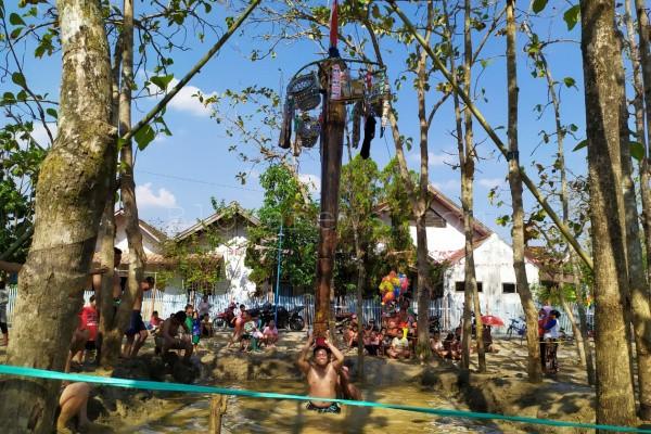 Warga Desa Bangkle Kecamatan Blora Kota Kabupaten Blora menggelar jambean (semacam panjat pinang, red) di atas air dalam rangkaian acara HUT Kemerdekaan RI ke- 74