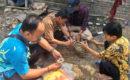Petugas Dinporabudpar Blora, BPSMP Sangiran, dan relawan FPSBB Blora di lokasi penemuan kerangka, Desa Kapuan Kecamatan Cepu Kabupaten Blora
