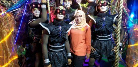 Penampilan SMK Muhammadiyah 2 Blora dalam pawai pembangunan bertajuk Festival of Light Blora, dalam rangkat HUT Kemerdekaan RI ke- 74