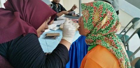 Petugas kebersihan DLH (pasukan oranye) menjalani pemeriksaan gigi