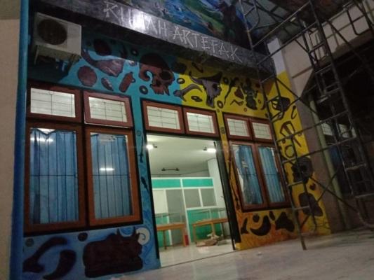 Rumah artefak disalah satu ruang kosong di Kompleks GOR Mustika.