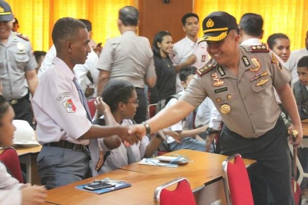 Kapolres Blora AKBP Antonius Anang Tri Kuswindarto menyalami seorang pelajar asal Papua