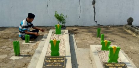 Makam Mbah Maksum di pemakaman keluarga, dekat rel kereta api Desa Kapuan, Kecamatan Cepu Kabupaten Blora
