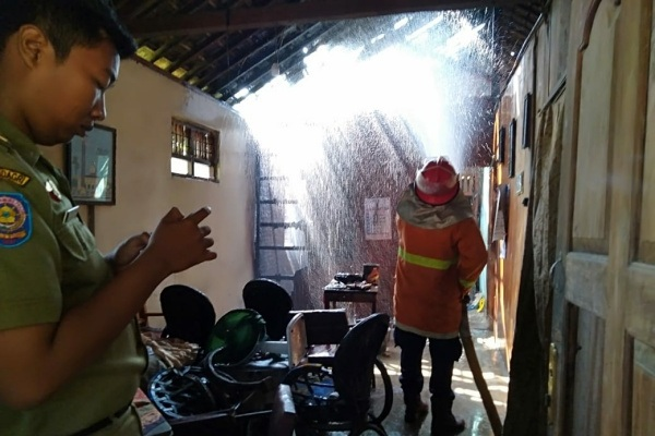 Kebakaran akibat hubungan arus pendek (korsleting) di rumah Sukarsih (67) di Sukolilo RT 05 RW 07 Kelurahan Ngawen Kecamatan Ngawen, Kabupaten Blora