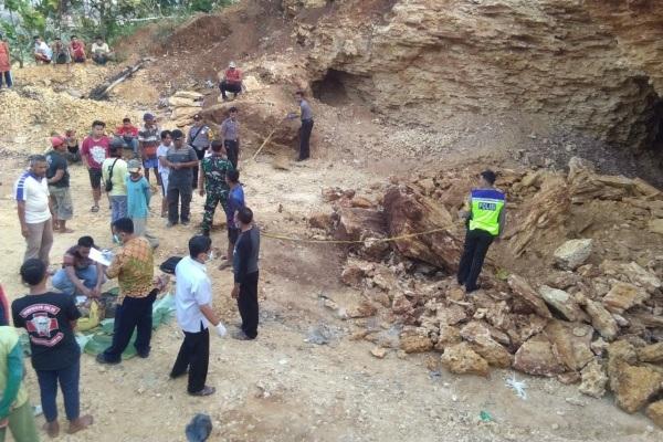 Jenazah Rasmin (50) di lokasi kejadian, pertambangan galian C kawasan Desa Kajengan Kecamatan  Todanan Kabupaten Blora