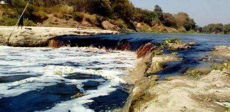 Air Bengawan Solo di kawasan Kracakan Desa Ngloram Kecamatan Cepu Kabupaten Blora berbuih, diduga akibat tercemar limbah pabrik