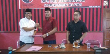 Ketua DPC PDI Perjuangan Blora, Dasum (baju merah)