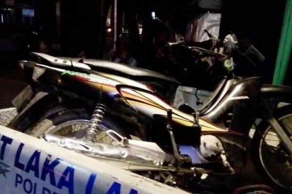 Polisi mengangkut motor korban lakalantas yang terjadi di jalan raya Kunduran-Blora kawasan Desa Jagong Kecamatan Kunduran Kabupaten Blora