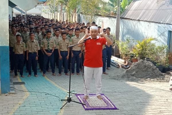 Siswa SMK Muhammadiyah 2 Blora melaksanakan sholat ghaib sebagai penghormatan terakhir untuk Presiden RI ketiga, BJ Habibie