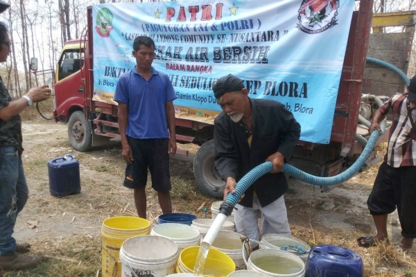 Sesepuh Sedulur Sikep (Samin), Mbah Lasiyo menerima bantuan air bersih dari Paguyuban TNI dan Polri (Patri) Blora