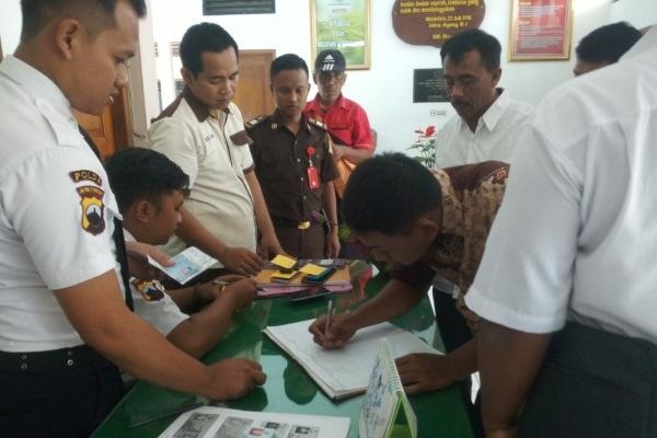 Seorang saksi menandatangani daftar hadir sebelum menjalani pemeriksaan di Kejari Blora