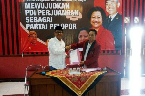 Bambang Susilo (berpeci) menyerahkan formulir pendaftaran bakal calon bupati (Bacabup) ke DPC PDI Perjuangan Kabupaten Blora