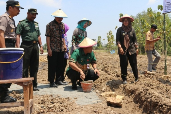 Peletakan batu pertama pembangunan Sarpras Pengembangan Agribisnis Ayam Joper di Desa Brabowan Kecamatan Sambong Kabupaten Blora