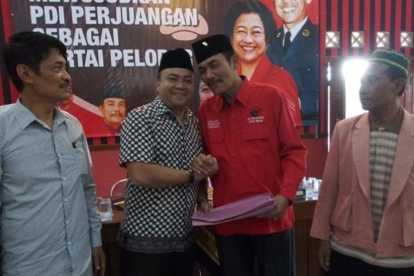 Politisi PKB Blora, Abdullah Aminuddin (kemeja kotak) saat menyerahkan formulir pendaftaran bacabup di DPC PDI Perjuangan Blora