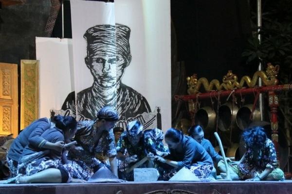Penampilan teater perlawanan Samin melawan penjajah di Stadium Seni Budaya Tirtonadi Blora