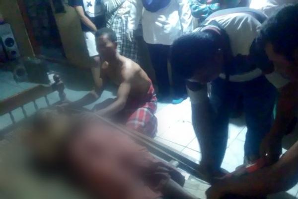 Petugas Polsek Kunduran Polres Blora memeriksa jenazah Sunardi (58) di lokasi kejadian, Desa Tawangrejo Kecamatan Kunduran Kabupaten Blora