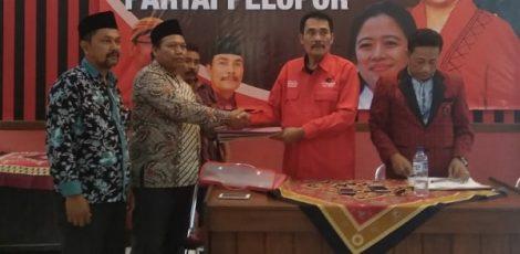 Sekretaris DPC Partai Hanura Kabupaten Blora, Nurul Anwar (batik coklat)