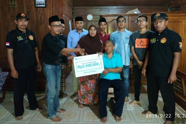 Jaringan Gusdurian menyerahkan tali asih kepada keluarga alm. Amin Ansori di Desa Brumbung Kecamatan Jepon Kabupaten Blora