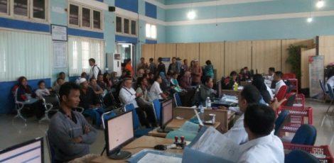 Petugas front office Dindukcapil Blora melayani pengurusan data kependudukan