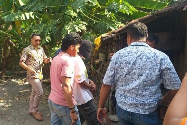 Satreskrim Polres Blora melakukan olah TKP di rumah korban Ratmiyati (41) di Dusun Guyung Desa Klagen Kecamatan Kedungtuban Kabupaten Blora
