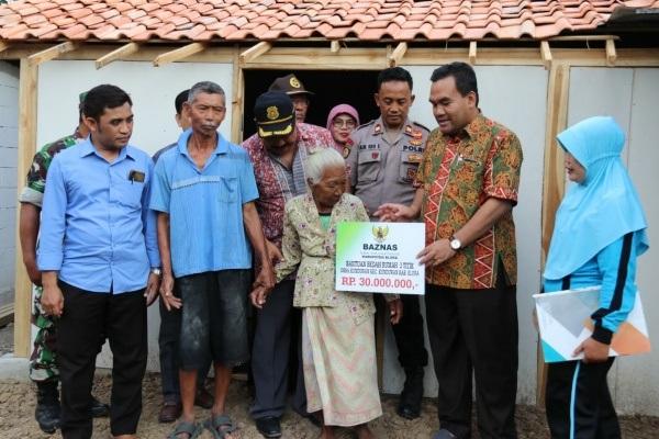 Wakil Bupati Blora, Arief Rohman menyerahkan bantuan bedah rumah senilai Rp 10 juta kepada warga miskin di Kelurahan Kunduran Kecamatan Kunduran, Blora