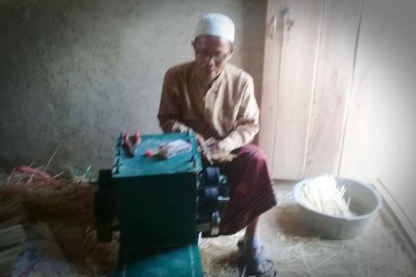 Kegiatan produksi tusuk sate menggunakan mesin di Sido Mukti Tusuk Sate, Desa Talokwohmojo Kecamatan Ngawen, Kabupaten Blora