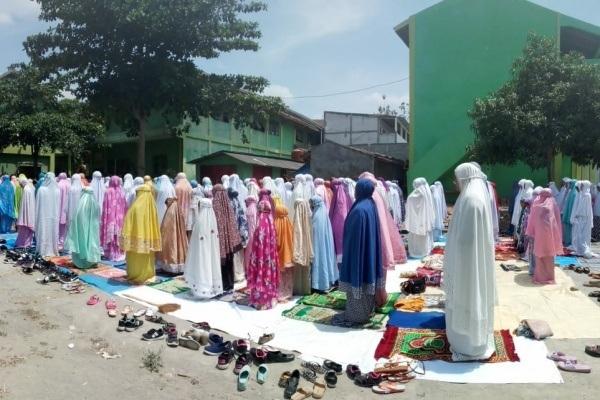 Siswa SMK Ma'arif Tunjungan Blora melaksanakan Sholat Istisqa' di halaman sekolah setempat