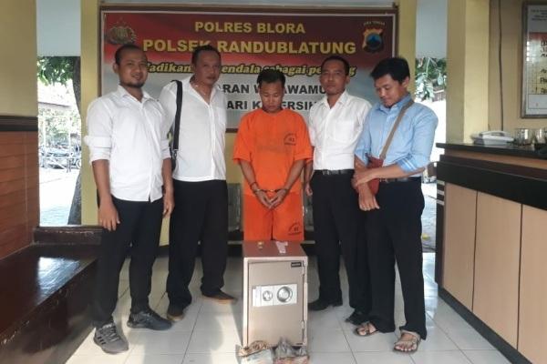 Tersangka kasus pencurian, Nur Efendi (23) diamankan di Mapolsek Randublatung Polres Blora bersama barang bukti kejahatan