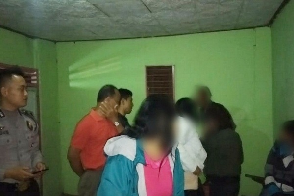 Polisi mengamankan 4 PSK di eks lokalisasi Kalisari Desa Banjarsari Kecamatan Trucuk Kabupaten Bojonegoro. Foto : Suara jatim