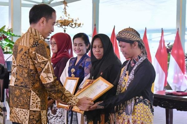 Presiden Jokowi menyerahkan sertifikat profesi batik di Pura Mangkunegaran Surakarta