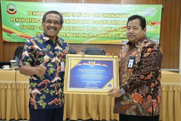 Bupati Blora Djoko Nugroho (kiri) menerima sertifikat Wajar Tanpa Pengecualian (WTP)