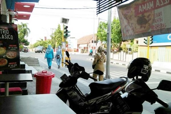 Penjual Abate tertangkap kamera saat beraksi di kawasan jalan Sumodarsono Blora Kota