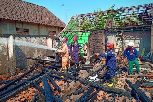 Puing-puing rumah Suparno (39) di Dusun Karangpace RT 09 RW 02 Kelurahan Randublatung Kecamatan Randublatung Kabupaten Blora
